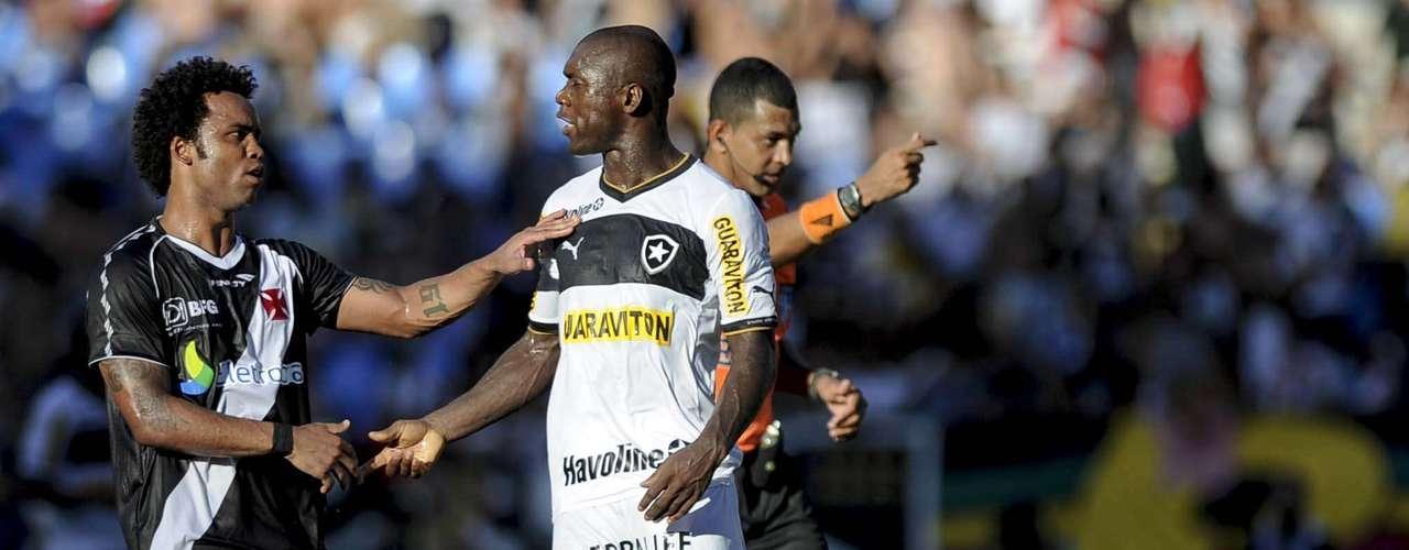 Seedorf e Carlos Alberto se cumprimentam durante a final da Guanabara