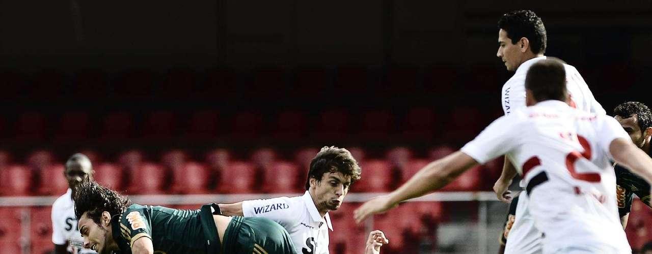 Rodrigo Caio chega na marcação de Valdivia