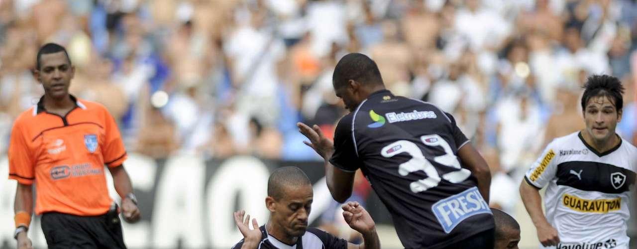 Julio Cesar avança, mas é derrubado pelo rival Wendel