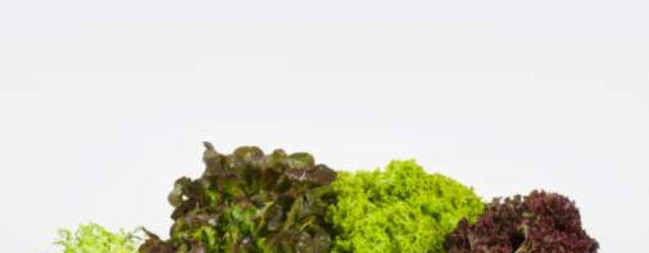 Vegetais verdes, como alface, rúcula, espinafre e couve são ricos em minerais e quase não têm calorias. Também são ricos em fibras que ajudam a prevenir o inchaço da barriga. Faça um prato gigante de salada no almoço para manter a saciedade a tarde toda