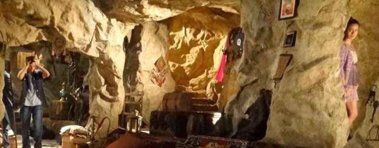 Adam vai se abrigar na caverna de Zyah e acaba vendo Morena no local. Ele foge para a casa de Farid e o guia turístico o convence que foi apenas uma sombra