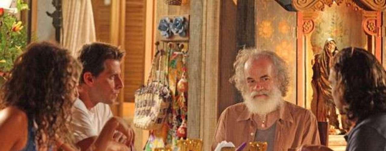 Chico (Cacá Amaral) não gosta da presença de Alberto (Igo Rickli) em sua casa