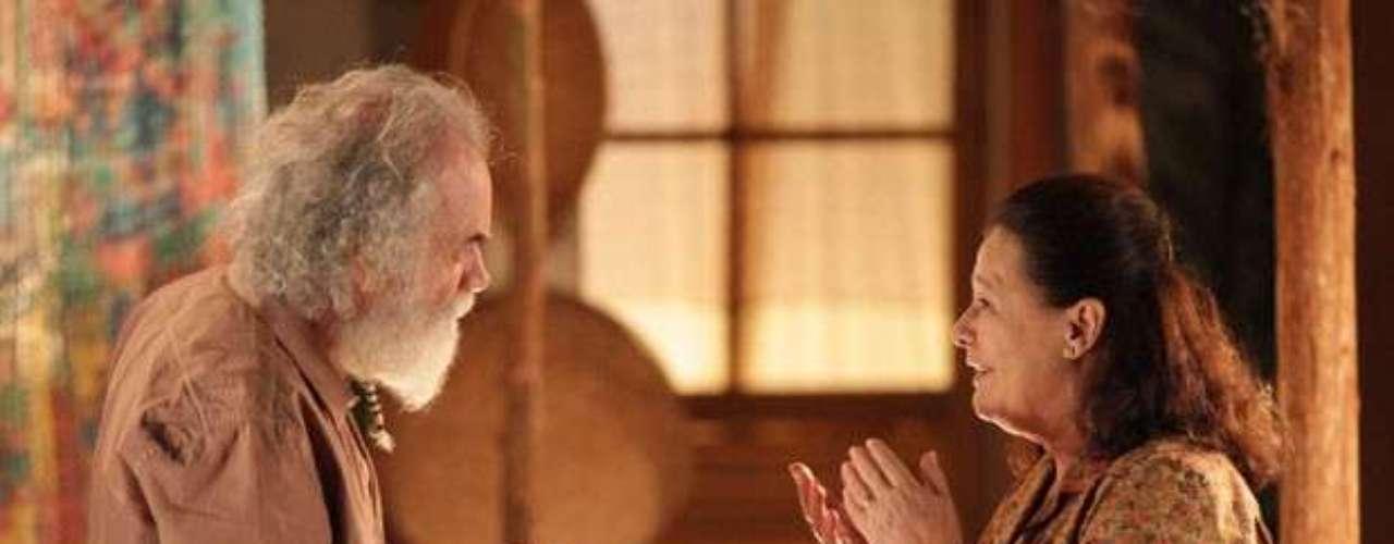 Chico (Cacá Amaral)diz a Olívia (Bete Mendes) que Alberto (Igor Rickli) não vale nada