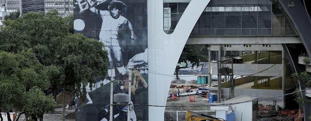 9 de marçode 2013: após inundação prejudicar obras, operários dão continuidade ao trabalho no Maracanã, palco de partidas da Copa das Confederações de 2013 e Copa do Mundo de 2014