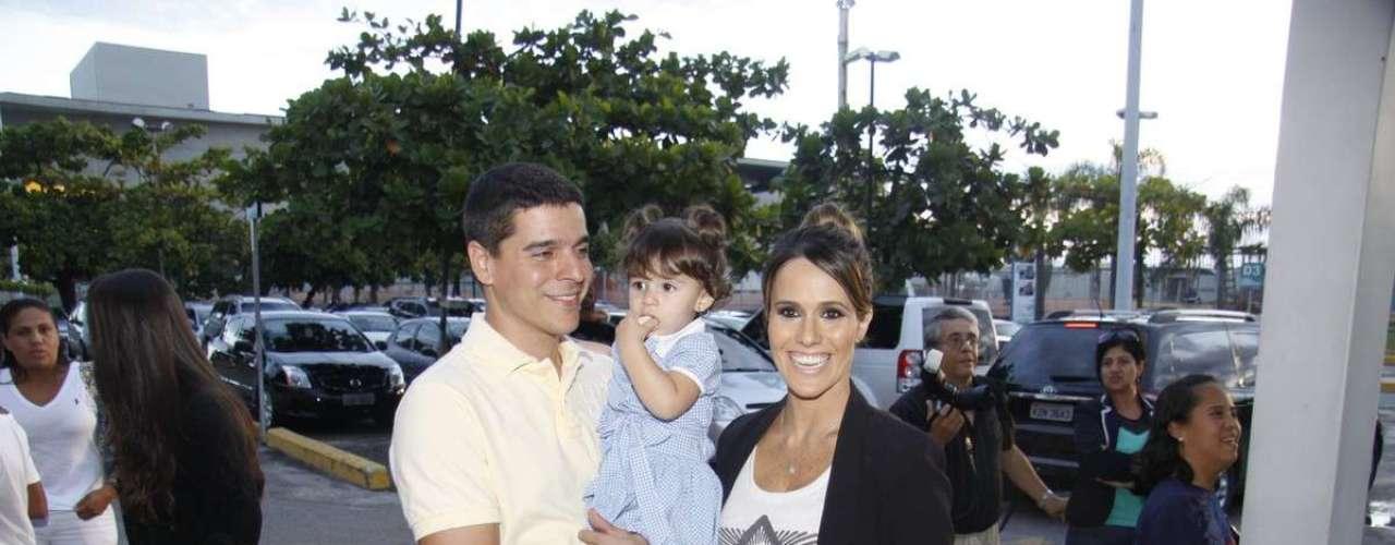 O elenco da novela 'Flor do Caribe' se reuniu para acompanhar a exibição do primeiro capítulo da novela, nesta segunda-feira (11), em churrascaria no Rio de Janeiro. Na foto, a atriz Fernanda Pontes com a família