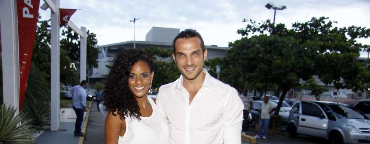 O elenco da novela 'Flor do Caribe' se reuniu para acompanhar a exibição do primeiro capítulo da novela, nesta segunda-feira (11), em churrascaria no Rio de Janeiro. Na foto, o ator Igor Rickli