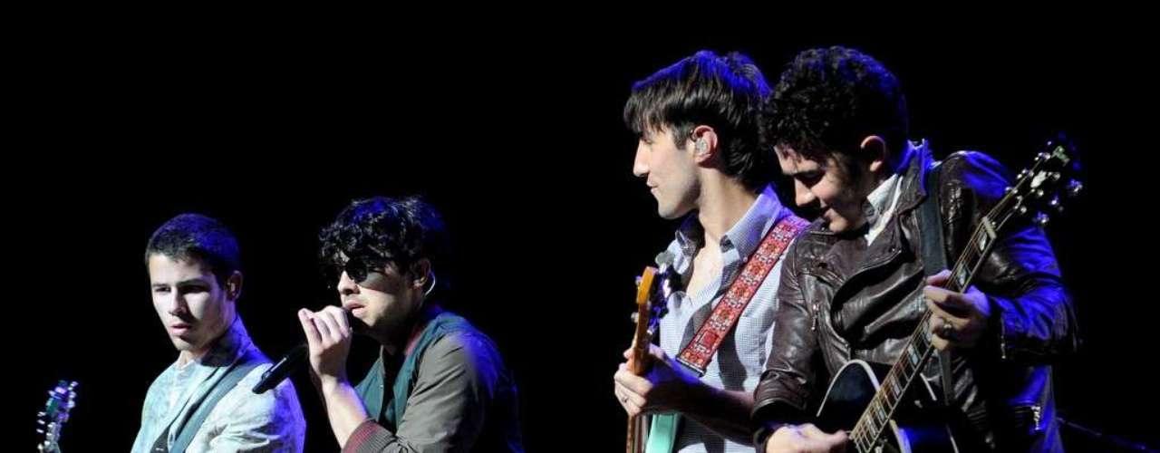 Os Jonas Brothers já venderam 20 milhões de cópias no mundo todo, e entraram para o livro dos recordes como o grupo com mais singles no Top 20 norte-americano no período de um ano