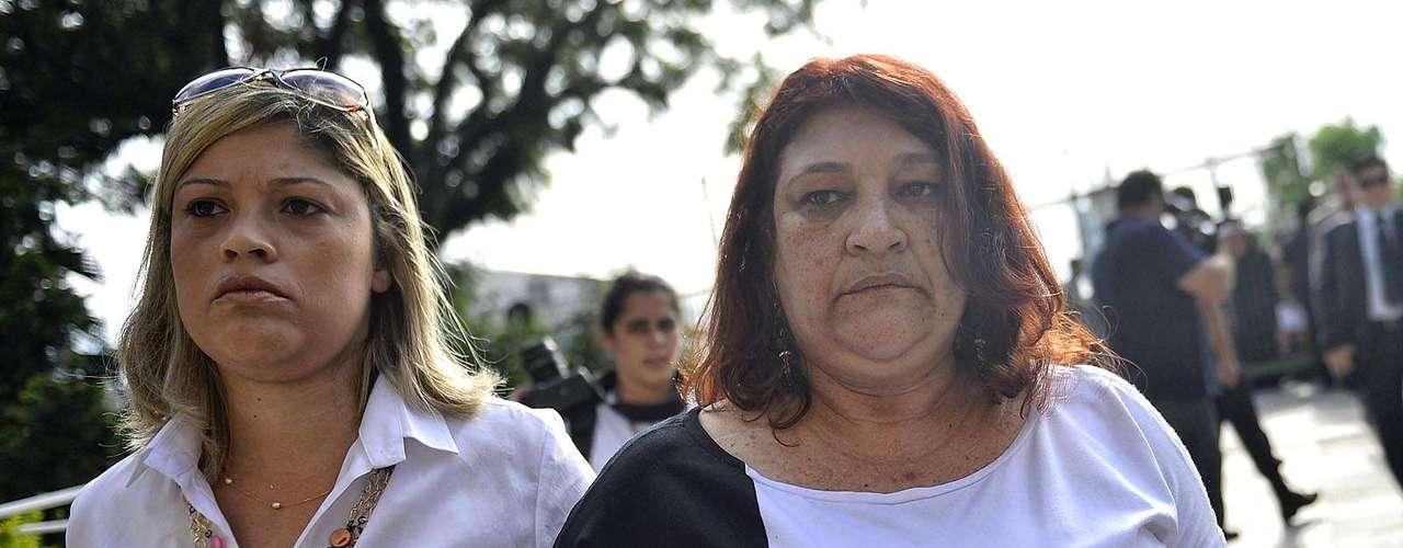 11 de março Janete Ferreira de Carvalho Nakashima (dir.), mãe de Mércia, chega para assistir ao júri