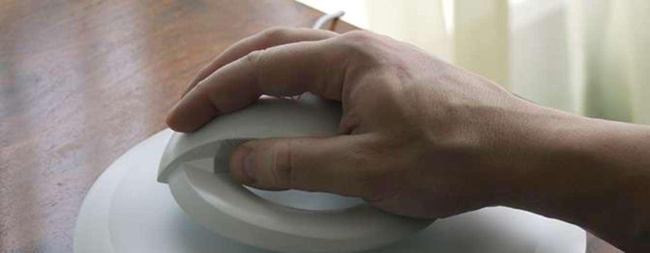 Sob o peso da mão do usuário, mouse fica mais baixo, flutuando a cerca de 1 centímetro da base