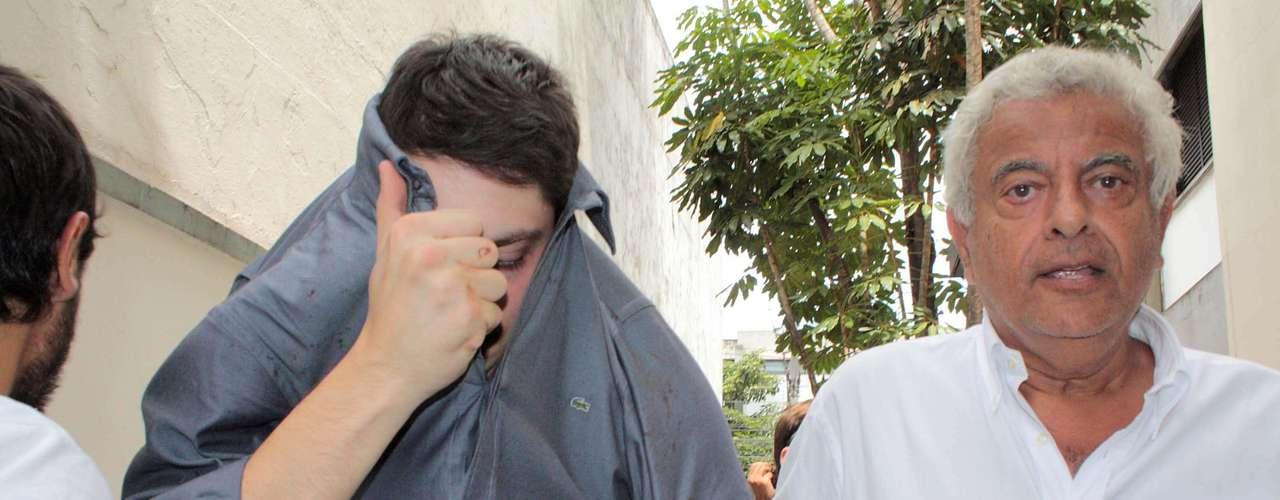 10 de março de 2013 - O estudante de Psicologia Alex Siwek se entrega à polícia após atropelar o ciclista David Santos Souza na ciclofaixa da avenida Paulista, em São Paulo. No momento do acidente, a ciclofaixa não estava montada oficialmente, mas já tinha sinalização. Segundo testemunhas, o motorista vinha em alta velocidade e ficava entrando e saindo da faixa reservada às bicicletas, como se estivesse brincando. Com o impacto, David teve o braço arrancado pelo carro. À polícia, o motorista confessou que arremessou o braço do ciclista em um córrego da avenida Ricardo Jafet