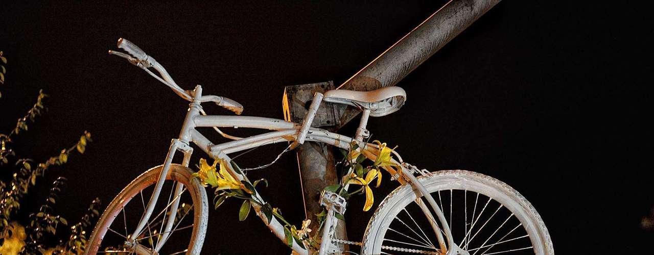 13 de junho de 2011 - O presidente do Conselho de Administração do Grupo Lorenzetti, Antonio Bertolucci, 68 anos, morre após ser atropelado na avenida Sumaré, na zona oeste de São Paulo. Segundo o Corpo de Bombeiros, Bertolucci foi atingido por um ônibus quando circulava de bicicleta próximo à rua Oscar Freire. Em homenagem ao empresário, ciclistas pintaram uma bicicleta de branco e a penduraram em um poste próximo ao local do acidente