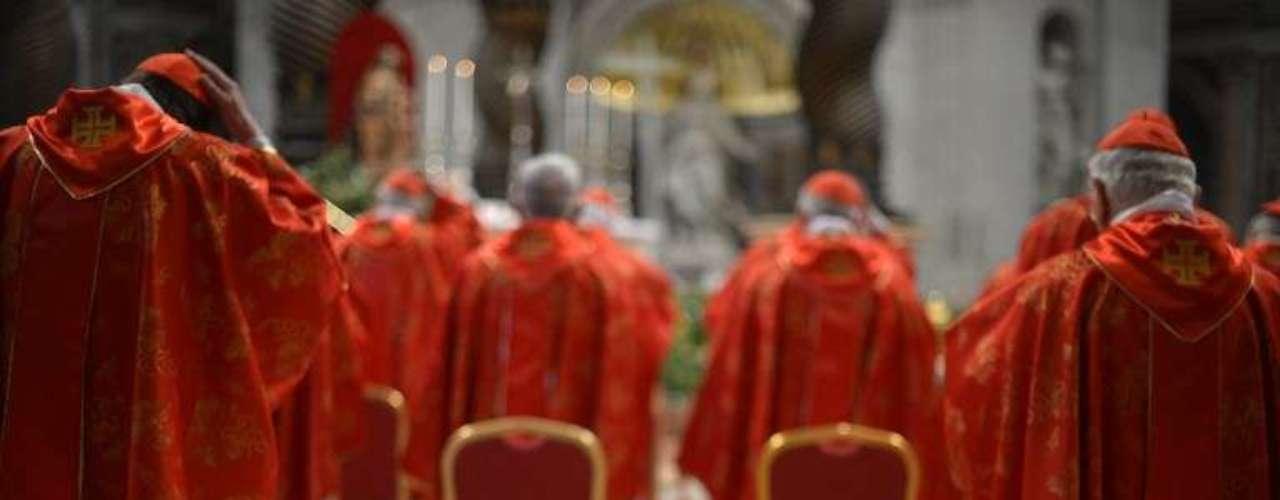 12 de março -Assento vazio cercado por cardeais é visto durante missa que antecede a primeira votação do Conclave, quando será escolhido o próximo homem a ocupar o trono de São Pedro
