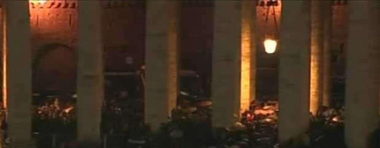 12 de março - Após fumaça preta indicando que não houve consenso na escolha do novo papa, fiéis deixam a Praça São Pedro