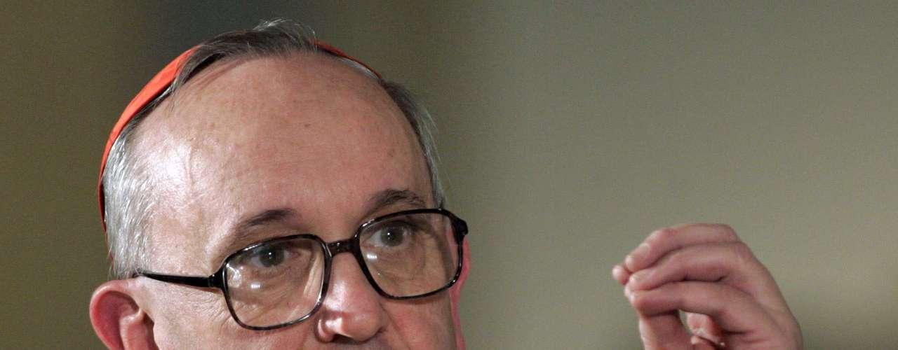 O cardeal Jorge Mario Bergoglio foi escolhido novo papa e escolheu usar o nome Francisco, em homenagem a São Francisco de Assis. Figura controvertida no cenário argentino, ele se destaca por sua forte personalidade e pelo afrontamento declarado à atual força política do país, o Kirchnerismo