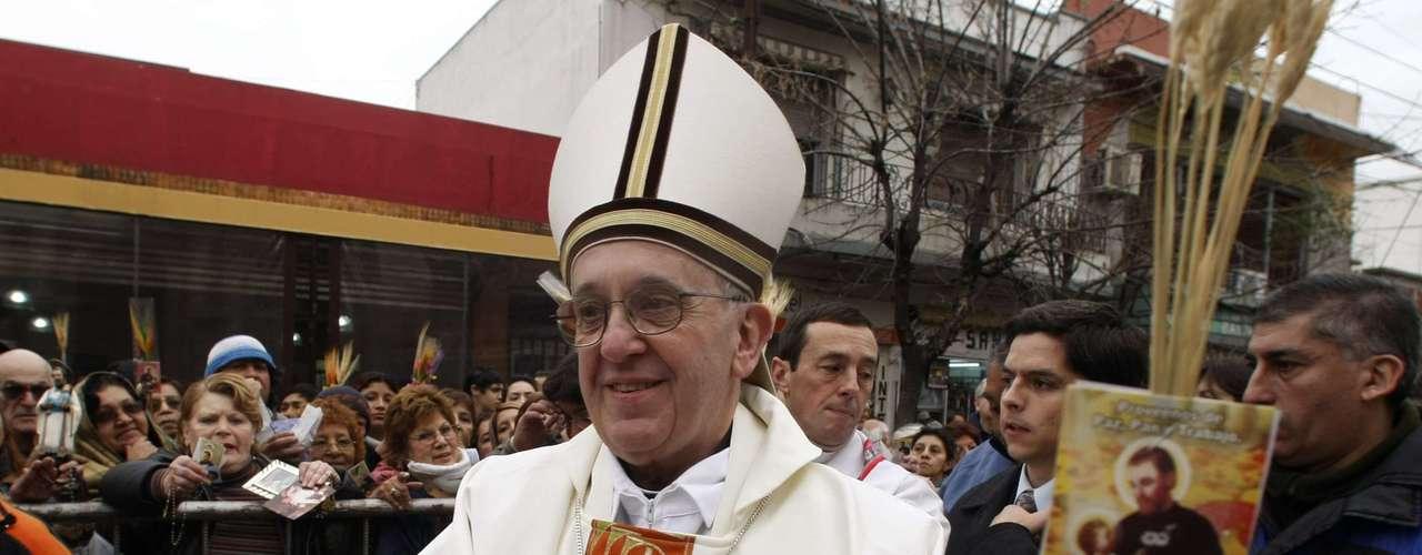 O cardeal Jorge Mario Bergoglio foi escolhido novo papa e escolheu usar o nome Francisco, em homenagem a São Francisco de Assis. Bergoglio foi nomeado cardeal em 2001 por João Paulo II e atualmente era o arcebispo da capital argentina