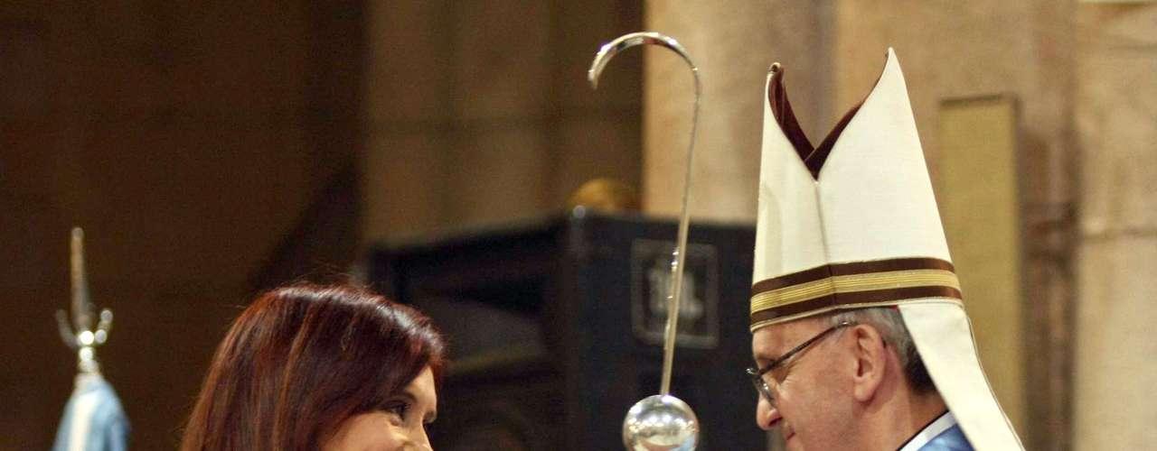O cardeal argentino Jorge Mario Bergoglio foi escolhido o novo papa Francisco. Em 2008, a foto mostra o então cardeal com a presidente argentina, Cristina Kirchner