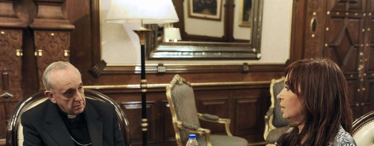 O cardeal argentino Jorge Mario Bergoglio foi escolhido o novo papa Francisco. Em 2010, ele se encontrou em Madrid com a presidente argentina