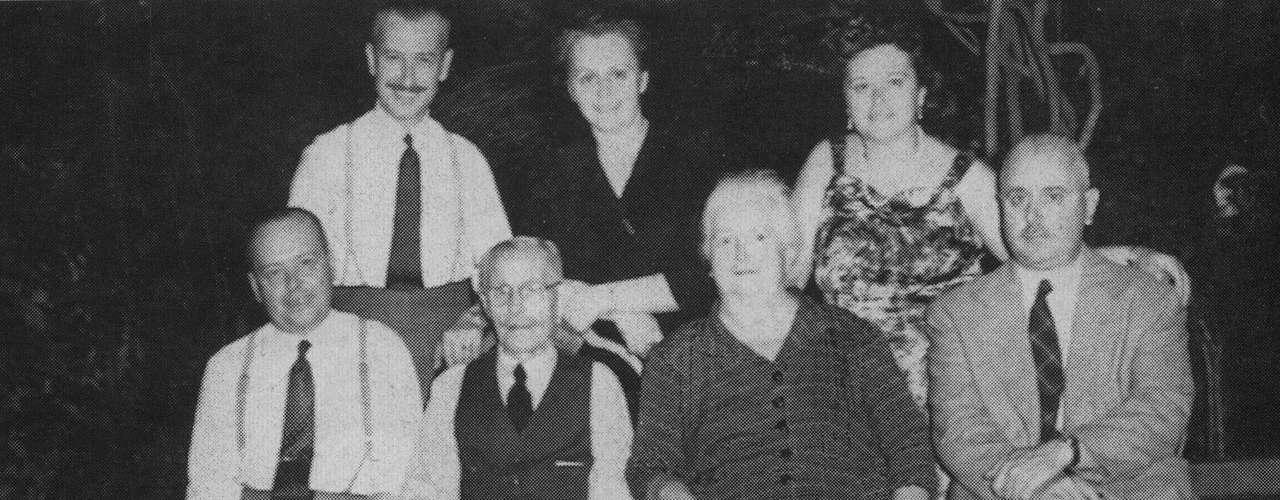 Em foto sem data, membros da família do novo papa posam para uma foto em local desconhecido