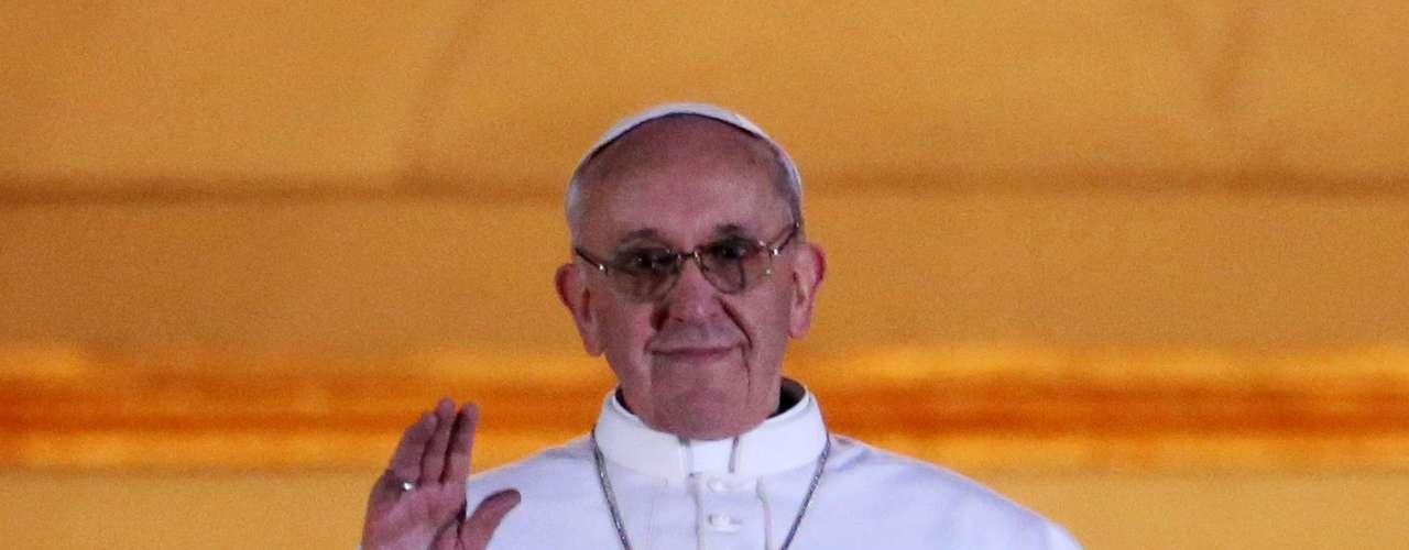 13 de março -O cardeal argentino Jorge Mario Bergoglio, 76 anos, agora papa Francisco, aparece no balcão central da Basílica de São Pedro pela primeira vez como Sumo Pontífice
