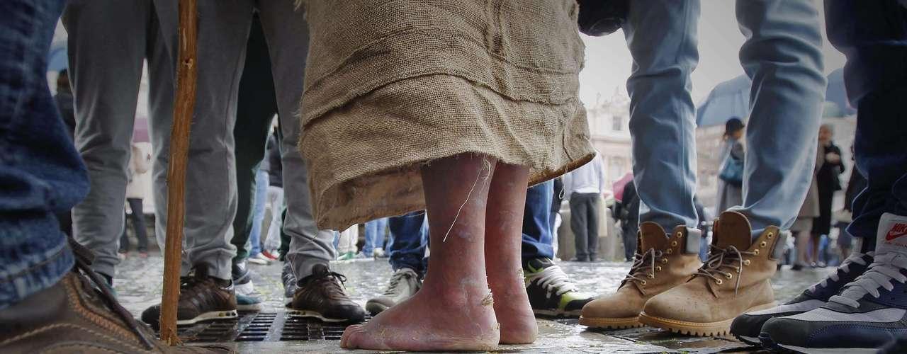Peregrino de pés descalços aguarda na Praça São Pedro pelo resultado do conclave que revelaria ao mundo o primeiro papa latino-americano