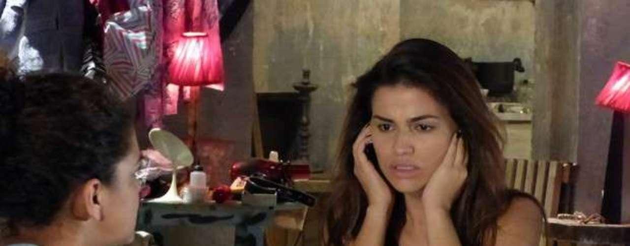 Waleska (Laryssa Dias) liga para o número gravado no celular que recebeu de Demir (Tiago Abravanel) e se surpreende quando Helô (Giovanna Antonelli) atende