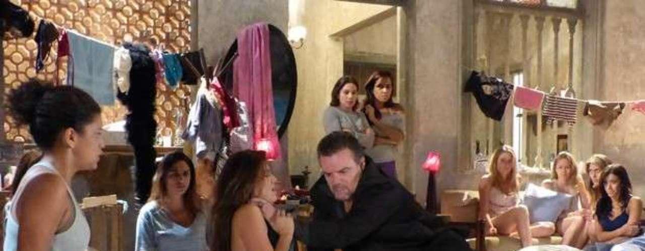 Russo (Adriano Garib) interrompe a ligação de Waleska (Laryssa Dias) e enche a traficada de tapas