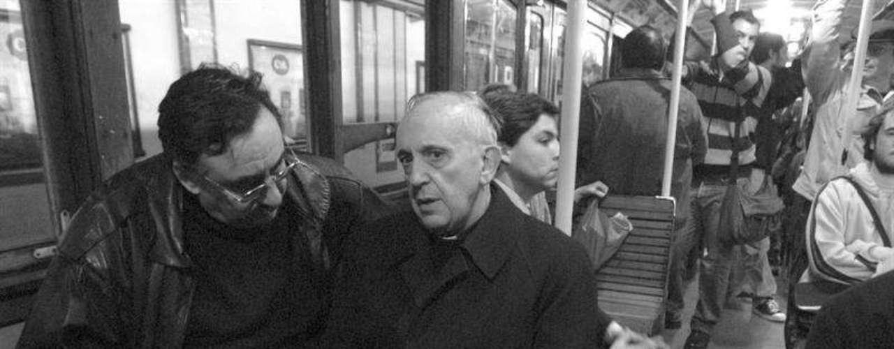 O jesuíta Jorge Mario Bergoglio conversa com passageiro durante uma de suas habituais viagens no metrô de Buenos Aires, na Argentina. Fontes asseguram que o atual papa possui um perfil discreto, que lhe permite andar de metrô ou ônibus como um passageiro qualquer