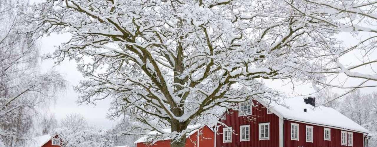 Na Suécia, a tradição de Páscoa é parecida com a de Halloween nos Estados Unidos. Vestidas de bruxas, as crianças pedem doces ou dinheiro aos vizinhos, oferecendo, em troca, cartões decorados