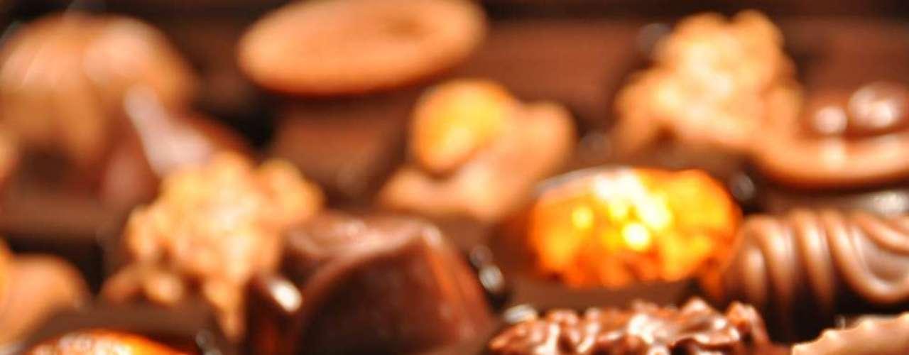 Na Suíça, conhecida por ter um dos chocolates mais saborosos do mundo, não poderia faltar a iguaria na comemoração. Coelhos de chocolate são escondidos dentro das residências, para que as crianças os achem