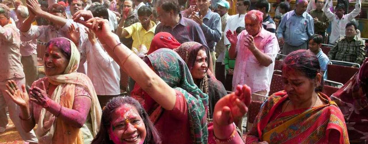Durante o período de Páscoa, na Índia é comemorado o festival Holi, que celebra o surgimento do Deus Krishna. É uma das maiores festas do país, com muita música e dança. Por lá, os hindus jogam pós coloridos uns nos outros, durante a celebração
