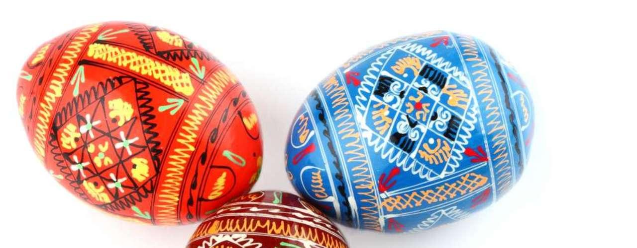 Russos também pintam ovos de galinha para presentar, mas seus desenhos são bastante elaborados. Ao dar o ovo para alguém, deve se dizer Kkristos Vosgrés, que significa Cristo ressuscitou. Quem recebe, deve responder Voistinu Vosgres, ou seja, Ressuscitou realmente