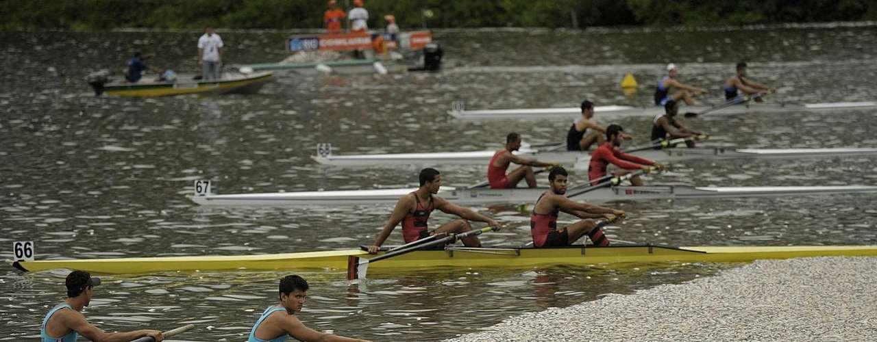 Os atletas que participam da seletiva para seleção brasileira de Remo, quecomeçou nesta quinta-feira,saem misturados aos peixes mortos