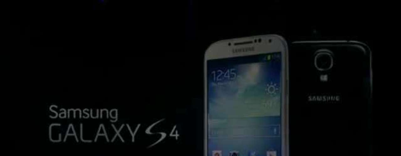 Telão mostra o design do novo aparelho da Samsung, o Galaxy S4, lançado nesta quinta-feira em Nova York