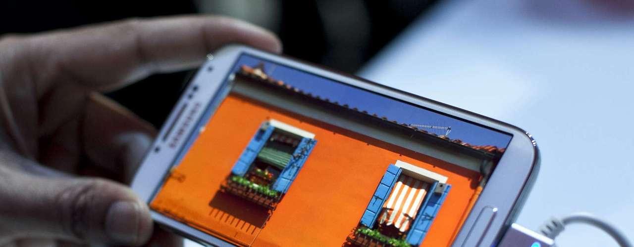 Samsung Galaxy S4 conta com recursos de software como navegação por gestos e controle pelo olhar