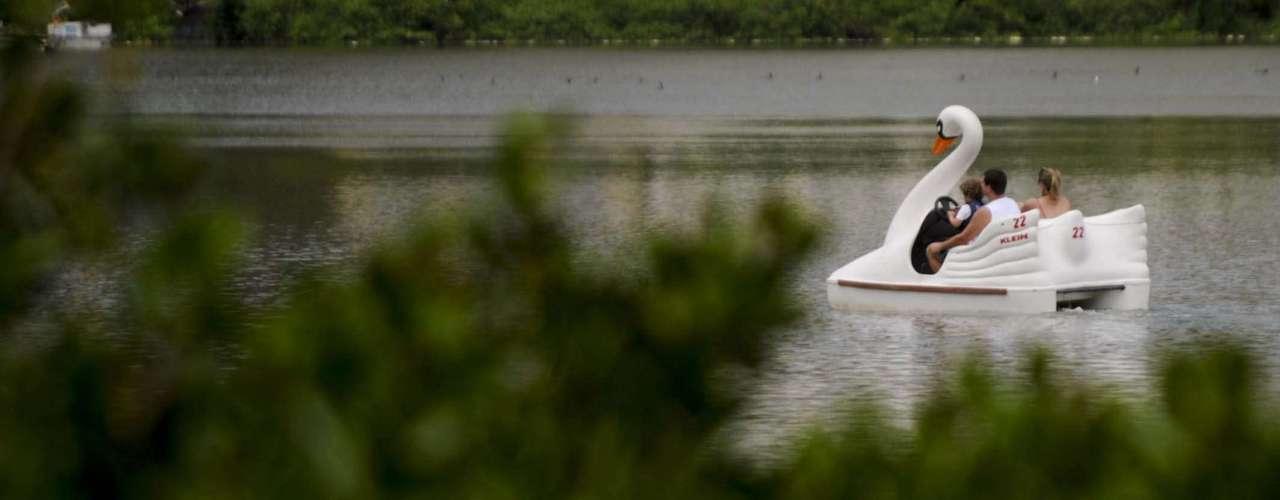Em meio ao mau cheiro, pessoas andam no tradicional pedalinho da lagoa