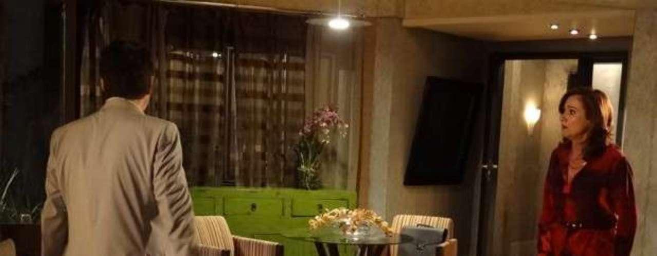 Berna (Zezé Polessa) vai ligar os pontos e achar que Mustafa (Antonio Calloni) é o pai do filho de Morena (Nanda Costa)
