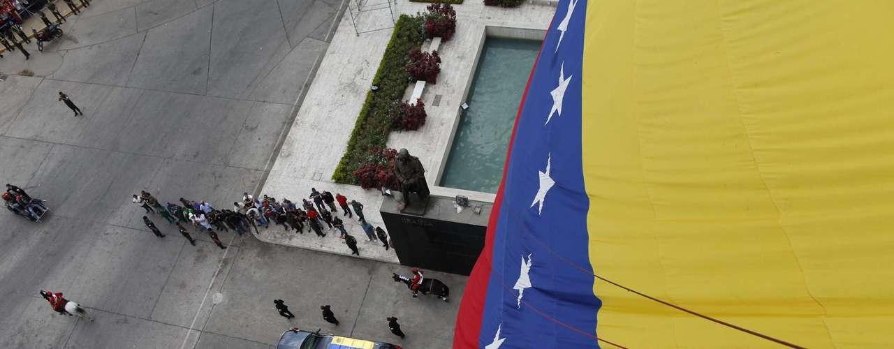 15 de março - O caixão com o corpo de Chávez foi transladado da capela da Academia Militar para o Museu da Revolução, no Quartel da Montanha, também em Caracas