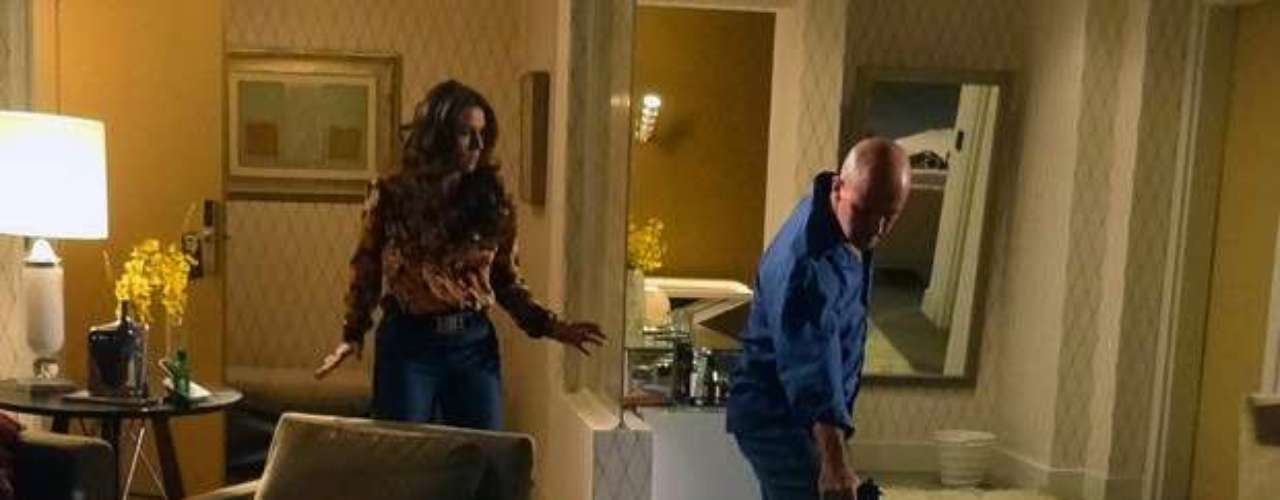 A delegada chega ao hotel atrasada e tem que apartar uma briga entre Zyah (Domingos Montagner) e um policial