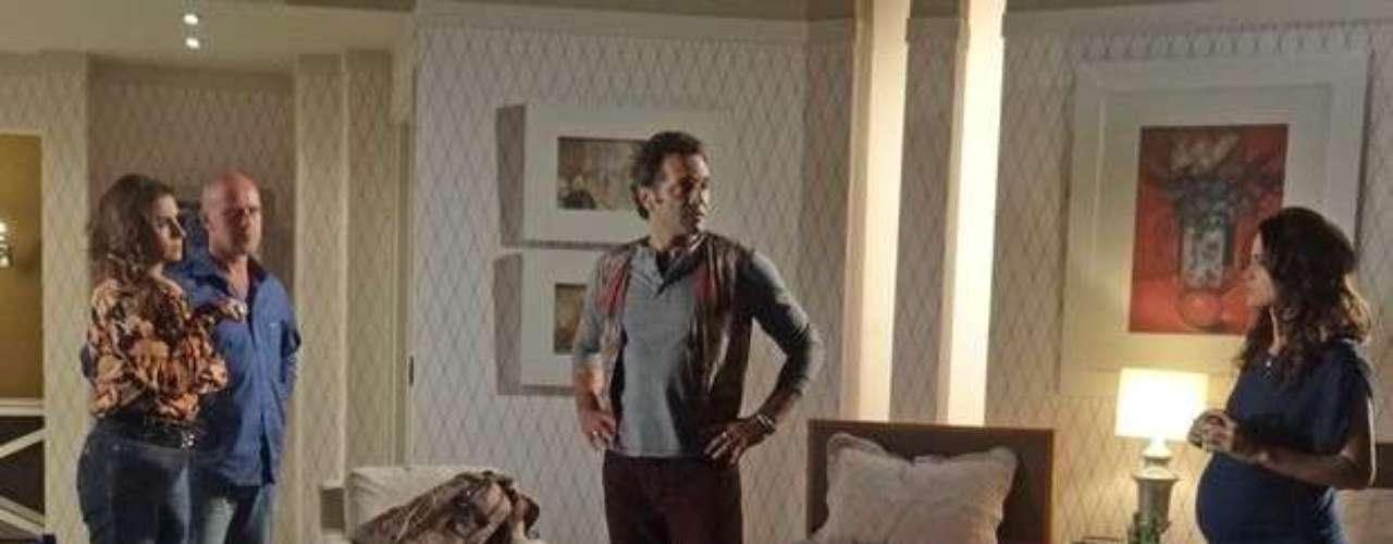 Zyah (Domingos Montagner) conta a Helô (Giovanna Antonelli) que Mustafa (Antonio Calloni) comprou Morena (Nanda Costa) da máfia