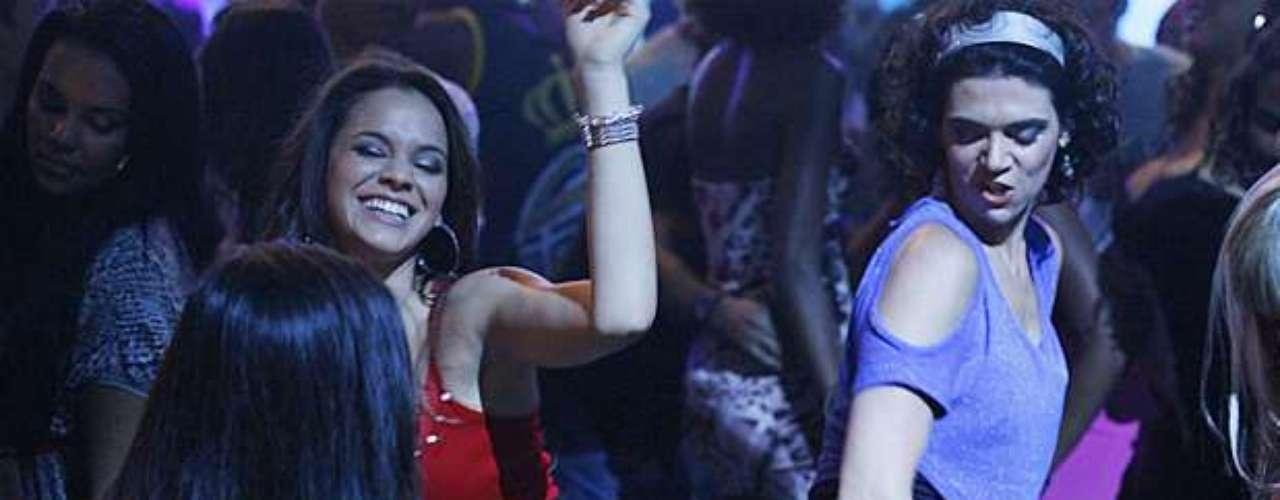 Lurdinha (Bruna Marquezine) cai na dança em baile funk, na novela 'Salve Jorge'
