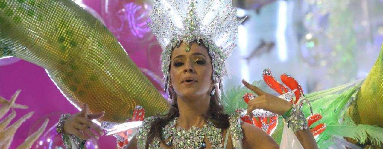 Bruna Marquezine no desfile da Grande Rio. Ela contou com a presença de Neymar na Sapucaí