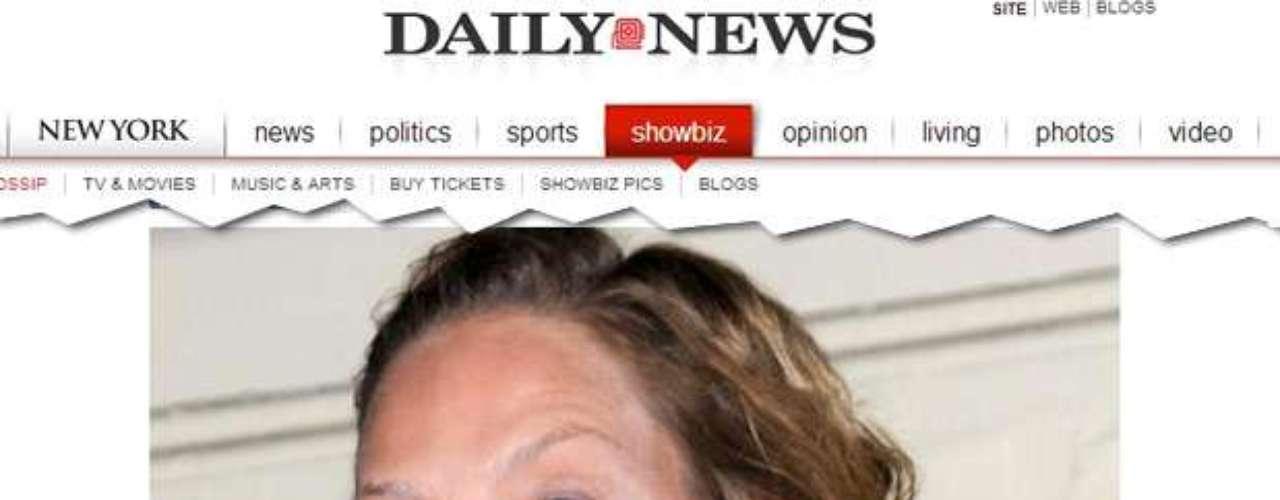 Uma Thurman também foi flagrada em evento em Nova York com a pele com excesso de pó branco. O produto fica evidente sob as luzes dos flashes das câmeras fotográficas