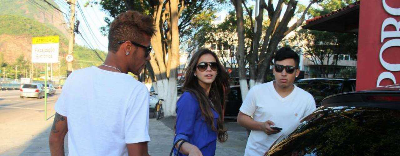 Dia 10 de março,Marquezine e Neymar foram fotografados na entrada de uma churrascaria do Rio de Janeiro