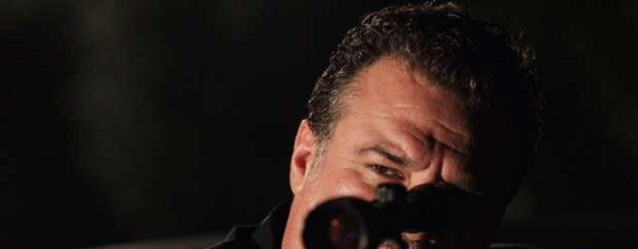 Lívia arma para Helô e manda Russo matar a delegada. Prevendo a cilada, a policial prepara um boneco para enganar o capanga