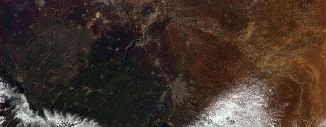 A cidade de Homs, reduto opositor situado no centro da Síria - país que passa por um conflito que já dura dois anos - foi fotografada da órbita terrestre pelo astronauta canadense Chris Hadfield, que desde dezembro vive a bordo da Estação Espacial Internacional. Falando sobre as disputas entre governo e oposição na Síria, Hadfield lamentou \