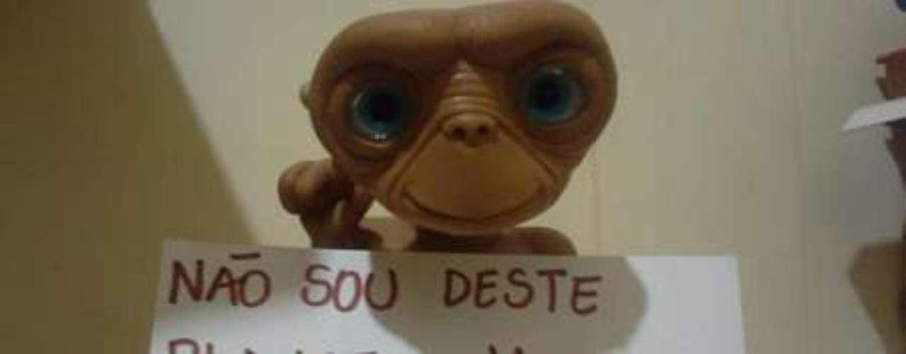 Boneco do personagem do filme E.T.com mensagem contra o deputado Marco Feliciano
