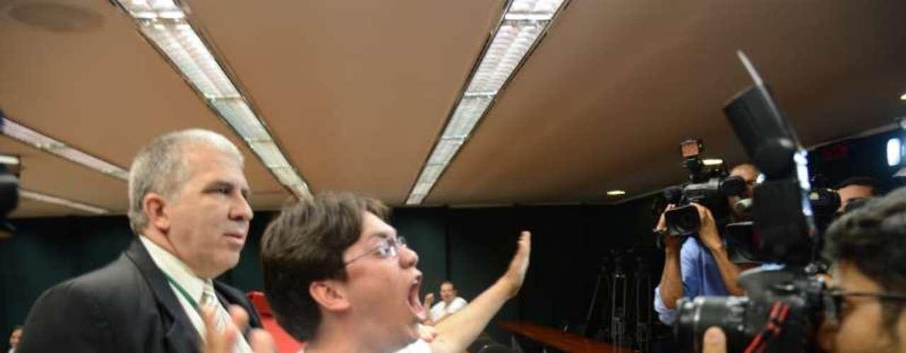 Manifestantes contra o presidente da Comissão de Direitos Humanos e Minorias, deputado Pastor Marco Feliciano, são impedidos de entrar numa comissão onde grupo evangélico se reunia em comemoração ao fato do pastor Feliciano continuar na presidência da CDH