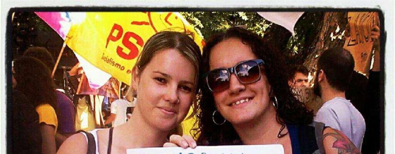 Este casal de mulheres também publicou uma foto com um cartaz afirmando que não é representado pelo deputado