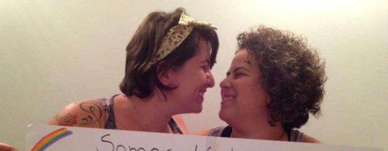 Outro casal de mulheres anuncia que vai se casar no protesto contra o pastor