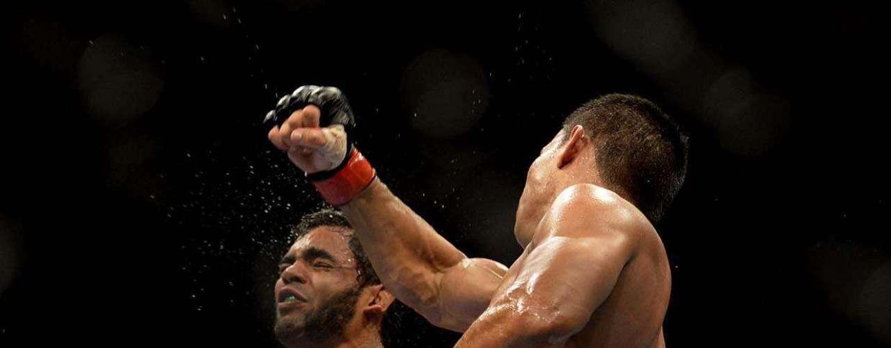 EM ALTA NO UFC Hugo Wolverine fez uma estreia apenas razoável no UFC, já que venceu John Macapá por decisão dividida dos juízes. Depois mostrou seu valor, pois acumulou duas vitóras e apenas uma derrota na organização